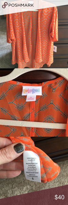 NWT Lularoe Lindsey So cute shear Lindsey. Pretty orange with a greyish/blue arrow pattern. Will look great with skinny jeans or leggings! Arrow Pattern, Greyish Blue, Pink Leggings, Camisoles, Fashion Design, Fashion Tips, Fashion Trends, Looks Great, Skinny Jeans