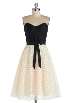 Sweet style - loving the dotted skirt and that gorgeous sweetheart neckline!