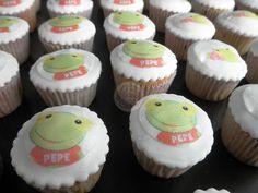 Sapo Pepe sobre fondant! by Piece of Cake - Cupcakes!, via Flickr