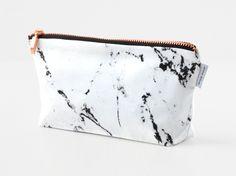Eine Tasche im Marmor-Look mit einem Reißverschluss aus Kupfer. Eine schlichte, sachliche Tasche für die kleinen Dinge, die man gern bei sich trägt. Ob als Schminktäschchen, Federmäppchen oder Etui – viele Dingen finden ihren Platz in der Marmortasche. Durch den Zuschnitt des Marmorstoffes kommt es zu Musterabweichung gegenüber den auf den Bildern gezeigten Taschen. Innen […]