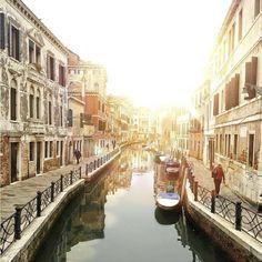 Essa paisagem maravilhosa já foi vista de perto pela nossa criativa Maysa! Ela é apaixonada nessa cidade e recomenda a viagem para todo mundo. Foto por: @rastelling #Veneza #Italia #Viagem #Beleza #TudoMKT #TudoMarketing