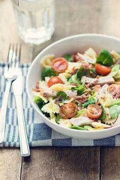 Pasta salade met gerookte kip en kruidenroomkaas