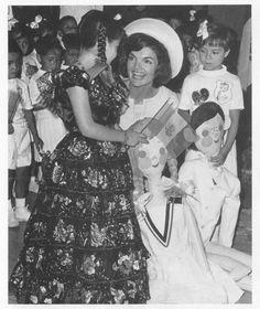"""cazadordementes: """" La señora Jacqueline Kennedy distribuye regalos y charlas con los niños en el Instituto Nacional para la Protección de la infancia (INPI), durante su visita a la Ciudad de México en 1962. """""""