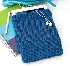 Easy Tablet Cover to Crochet in Beginner Friendly Crochet patterns to make, crochet a tablet case pattern, crochet case patterns for tablets, (aff link) Crochet Tablet Cover, Crochet Case, Crochet Gifts, Hand Crochet, Crochet Hooks, Crochet Stitches For Blankets, Crochet Keychain, Crochet Patterns For Beginners, Crochet Basics