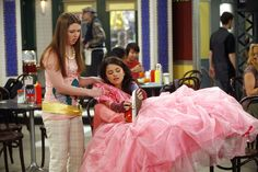 Selena Gomez as Alex Russo in Wizards Of Waverly Place. Disney Channel Shows, Disney Shows, Sergio Rossi, Jake T Austin, Jennifer Stone, Poetic Justice Braids, Alex Russo, Wizards Of Waverly Place, Star Actress