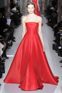 Valentino Spring Couture 2013 - Pier Paolo Piccioli and Maria Grazia Chiuri wished to convey lightness and the beauty of a garden, forgetting the labor that goes into creating the pieces. Red Fashion, Fashion Week, Couture Fashion, Runway Fashion, Couture Girl, Fashion Trends, Beautiful Gowns, Beautiful Outfits, Valentino Couture