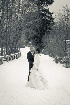 I love winter wedding pictures