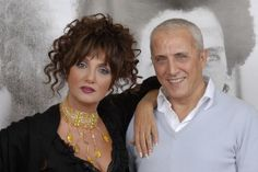 Marcella e Gianni Bella. Cantante lei, cantante e importante compositore di…