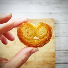 Palmiers au sucre roux : mioum ! Biscuits Palmier, Palmier Cookies, Desserts With Biscuits, Brownie Bar, Bon Appetit, Sweet Recipes, Buffet, Dessert Recipes, Food And Drink