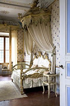 Alfieri's Bedroom - Villa di Geggiano, near Siena Italy. Original trompe l'oeil wallpaper & furniture date to the Christine Bauer photography French Home Decor, French Country Decorating, Beautiful Bedrooms, Beautiful Interiors, French Interiors, Home Design, Bedroom Furniture, Bedroom Decor, Wallpaper Furniture