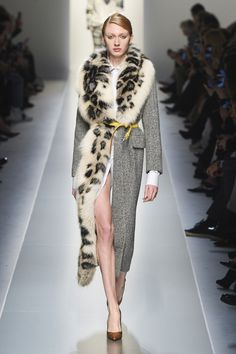 The complete Ermanno Scervino Fall 2018 Ready-to-Wear fashion show now on Vogue Runway. Fall Fashion Trends, Fur Fashion, Look Fashion, Couture Fashion, Latest Fashion Trends, Runway Fashion, High Fashion, Fashion Outfits, Fashion Design