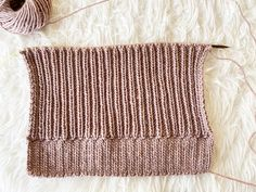 How to knit a hat with straight needles for complete beginners. Learn how to knit a beanie flat on straight needles with this step by step tutorial. Beanie Knitting Patterns Free, Beanie Pattern Free, Baby Hats Knitting, Knitting Stitches, Hand Knitting, Knitted Hats, Crochet Hats, Slouch Hats, Crochet Granny