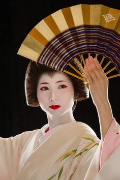 John Paul Foster is a photographer specializing in images of Kyoto, including geisha, maiko and Buddhist icons. Geisha Art, Memoirs Of A Geisha, Ghost In The Shell, Colleen Atwood, Japan Art, Japanese Beauty, Japanese Culture, Photo Art, Geisha