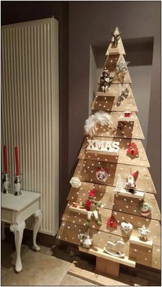 Inexpensive Rustic Christmas Decorations – Pallet Christmas Trees Pallet trees are super easy DIY Christmas decorations that you can make for almost nothing So if you need some inexpensive rustic Holiday decor ideas try these Creative Christmas Trees, Diy Christmas Decorations Easy, Diy Christmas Tree, Rustic Christmas, Holiday Decor, Outdoor Decorations, Simple Christmas, Holiday Tree, Pictures Of Christmas Trees