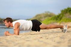 Skuteczne ćwiczenia: plank. Plank, czy też tzw. 'deska' to jedno z najbardziej efektywnych ćwiczeń na mięśnie brzucha. Daje lepsze efekty niż tradycyjne brzuszki, dlatego warto je włączyć do swoich treningów. Plank wykonuje się w pozycji do pompki, opierając się na przedramionach lub wyprostowanych rękach. Prawidłowe wykonanie polega na utrzymaniu ciała w odpowiedniej pozycji jak najdłużej.