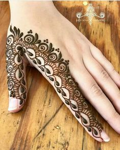 Mehndi is an important part of every Muslim woman's eid look adding to the beauty and grace of hands and feet. If you havent yet finalized your eid mehndi design then I bring to you some of the latest henna patterns to try out this year for bakra eid. Henna Tattoo Designs Simple, Finger Henna Designs, Henna Art Designs, Mehndi Designs For Beginners, Modern Mehndi Designs, Mehndi Designs For Girls, Bridal Henna Designs, Mehndi Design Photos, Mehndi Designs For Fingers