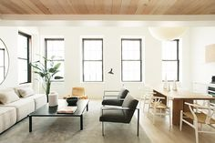 13 Open-Plan Living Spaces That Will Make You Want to Move Open loft living space with a sofa facing the rest of the room Living Room Kitchen, Living Room Decor, Dining Room, Kitchen Dining, Living Area, Living Spaces, Open Plan Apartment, Built In Bookcase, Open Plan Kitchen