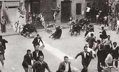 Fotos antiguas de los encierros de San Fermín - Los toros entrando en la Plaza del Ayuntamiento #Pamplona #Sanfermines