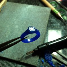 Tutorial - Casting - Carving a bezel setting in wax   ...http://nodeform.blogspot.ca/2012/02/carving-bezel-setting-in-wax.html#
