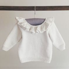 Ravelry: Babybluse med flæsekrave pattern by Pia Trans Knitting For Kids, Baby Knitting Patterns, Baby Patterns, Kids Clothes Patterns, Clothing Patterns, Toddler Outfits, Kids Outfits, Flower Power, Baby Barn