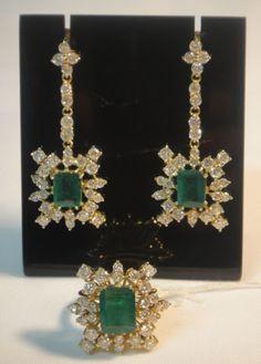 Magnífico conjunto de par de brincos e anel em ouro 18k, esmeraldas baguetes centrais e 88 brilhantes.