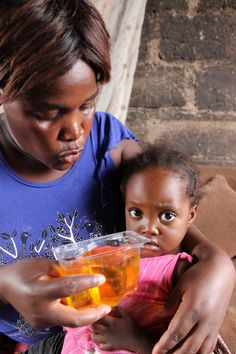 Margret Banda using the tailored Kit Yamoyo to treat her daughter Rabecca's diarrhoea