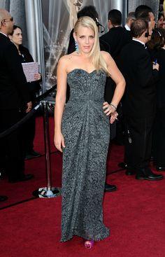 Busy Phillips ha lucido un vestido de encaje gris, poniendo la nota de color en los accesorios: unos peep-toe fucsias y unos pendientes de lágrima en color turquesa.