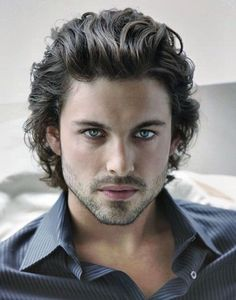 capelli-uomo-medi-hairstyle-moda-ciuffo-gel-indietro-ondulati-camicia-blu-righe-bianche-aperta