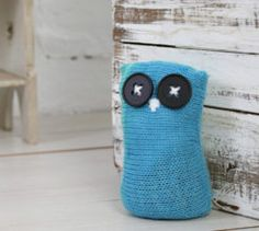 use up scraps of yarn and make this knitted owl door stop as a quick home update simply knit a square and the rest is simple