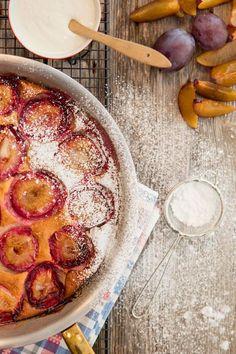 Mehevä luumupiirakka valmistuu nopeasti - sekoita vain kaikki aineet yhteen Camembert Cheese, Baking, Sweet, Desserts, Food, Tarts, Harvest, Drink, Christmas
