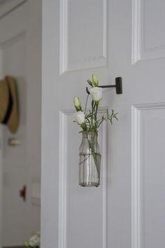 exPress-o: Spring Home Tweak: Hanging Flower Vases Diy Hanging Shelves, Hanging Vases, Glass Shelves, Wall Shelves, Rose Cottage, White Cottage, Diy Home Decor Projects, Decor Ideas, Diy Decoration