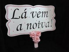 *PEÇA UNICA*  Placa Lá vem a noiva!!! Branca com perolas rosa e flores rosas R$ 69,90