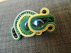 Niepowtarzalna, kolorowa broszka z fasetowanymi koralikami. / Unique, colourful brooch with faceted beads.