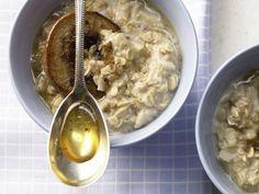 Porridge - der Frühstückshit ist auch in Deutschland auf dem Vormarsch. EAT SMARTER hat eine Sammlung an Porridge-Rezepten zusammengestellt.