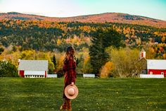 While all of the New England lights up with color during Autumn, it is safe to say that Vermont seems to be the state to visit during fall.  Vermont is full of indulgent places to stay, knock out farm to table restaurants, and villages that remind us of a simpler time in America, it should be on everyone's Fall bucket list. New England Day Trips, New England Travel, Foliage Map, New England Fall Foliage, Boston Travel Guide, England Beaches, Cool Places To Visit, Vermont, Countryside