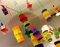Les dejamos muchas ideas para reutilizar el cartón de los rollos de papel, de varias maneras distintas. Decoraciones: 1- Acumular cartones del rollo de papel del wc. 2- Aplanarlos, marcar...