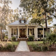Inspiring Farmhouse House Design nice Top Guide of Inspiring Farmhouse House Design Are you wanting to present your house exterior a bit more breezy river porch southern living may get rep. Modern Farmhouse Exterior, Bungalow Exterior, Bungalow Homes, Cute House, House Goals, Exterior Design, Diy Exterior, Exterior Shutters, Exterior Colors