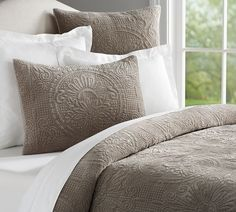 Pottery Barn's quilts and coverlets bring plush comfort to the bedroom. Find bedding favorites in a range of colors, patterns and materials and sleep in luxury. Donna Karan Bedding, Organic Duvet Covers, Velvet Duvet, Medallion Quilt, Ideas Hogar, Small Apartment Decorating, Luxury Bedding Sets, Luxury Linens, Cool Beds
