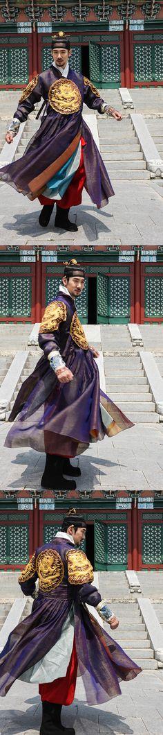 상의원 유연석The Royal Tailor (Hangul: 상의원; RR: Sanguiwon) is a 2014 South Korean period film directed byLee Won-suk, and starring Han Suk-kyu, Park Shin-hye, Go Soo and Yoo Yeon-seok.[4][5][6] The rivalry between two tailors at the Sanguiwon, where the attire worn by royalty were made during the Joseon era, plunges the court into scandal and tragedy.