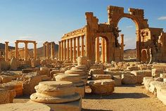 Set in the middle of the Syrian desert, the ancient silk-road city of Palmyra was once a part of the vast Roman Empire and one of the richest cities in the Near East. Ancient Ruins, Ancient Rome, Ancient History, Roman Architecture, Ancient Architecture, Palmyra Syria, Naher Osten, Empire Romain, Silk Road