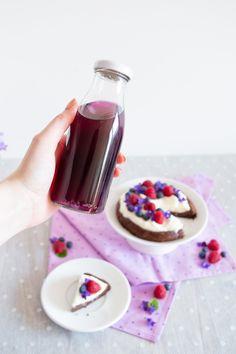 Fialkový sirup a čokoládový koláč bez mouky s fialkovou náplní/Violet Syrup and Flourless Chocolate Cake with Violet Filling