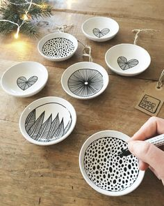 Met een fijn Kerst-muziekje op nu deze iniminie bordjes (lees kerstballen) aan het maken ✍ #ceramics #draw #drawing #pattern #surfacedesign #design #dessin #art #artwork #artist #illustration #ink #plates #onmytable #onthetable #food #christmas #create #creative #handpainted #blackandwhite #interior #interiordesign #interiordecor #decor #decoration #interieur #styling #craft #handmade