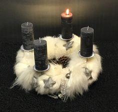 Adventskranz aus Pelzbändern mit Metall und Swarovski geschmückt.