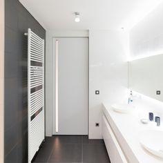 Porte intérieure moderne avec poignée encastrables verticale intégré dans la panneau de la porte. Le lumière passe par le poignée intégré en plexi...