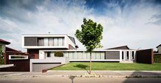 Main facade Villa, Home Fashion, Portal, Facade, Garage Doors, Mansions, House Styles, Outdoor Decor, Home Decor