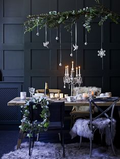 Earlier this week I talked about creating a fresh and simple scheme for an early Christmas lunch. But what if your family tradition involves a candlelit dinner instead? Well, its then time to up the glam factor and take the table decorations in another d Christmas Lunch, Christmas Mood, Noel Christmas, Modern Christmas, All Things Christmas, Purple Christmas, Christmas Aesthetic, Coastal Christmas, Rustic Christmas