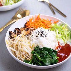 Hoy vamos a pasar varias opciones para el almuerzo -> ensalada veggie <- Zanahoria + champiñones + brotes de soja + espinaca hervida + arroz con semillas + lechuga + ketchup ♥️♥️ Para los que quieren comer liviano excelente opción