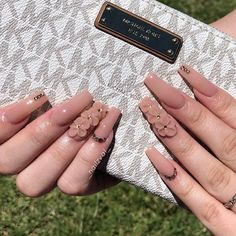 Prized by women to hide a mania or to add a touch of femininity, false nails can be dangerous if you use them incorrectly. Types of false nails Three types are mainly used. Perfect Nails, Gorgeous Nails, Pretty Nails, White Acrylic Nails, Best Acrylic Nails, Aycrlic Nails, Glam Nails, Las Vegas, Natural Gel Nails