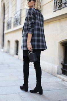 Botas altas feminizan un look masculino como el traje