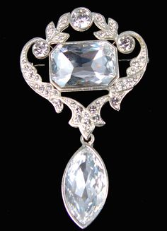 Queen Mary used the Cullinan VII an 8.8 carat marquise cut stone as a pendant to the Cullinan VIII, a 6.8 carat oblong brilliant to form a second brooch.